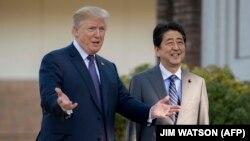 Președintele american Donald Trump și premierul Japoniei, Shinzo Abe, la un club de golf în apropiere de Tokyo, 6 noiembrie 2017