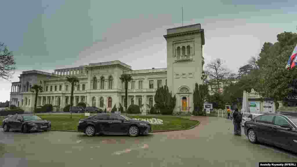 Палац закритий для відвідування. Там під егідою російської Ради Федерації триває міжнародна конференція, присвячена 75-річчю Ялтинської конференції 1945 року «Ялта-1945: уроки історії»