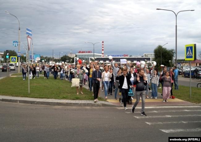 Eine Prozession aus der Stadt schließt sich den Medizinern an