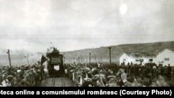 1955 - Cele două linii forestiere construite pe şantierele naţionale ale tineretului la Cerna Jiu şi Osana Cracău sunt date în exploatare. Fototeca online a comunismului românesc, cota 197/1955