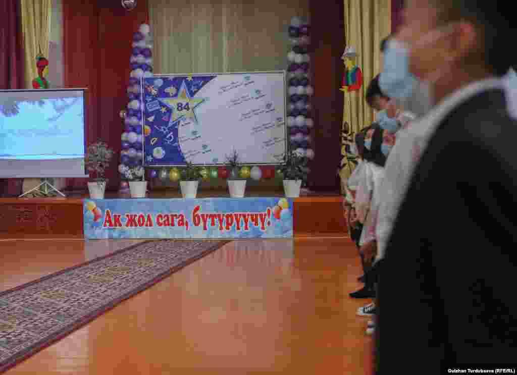Коронавирус пандемиясынан улам Бишкекте мектептер, бала бакчалар жарым-жартылай жабык. Аймактарда балдар окуу жылынын жарымынан мектепке жана бала бакчага бара баштаган.