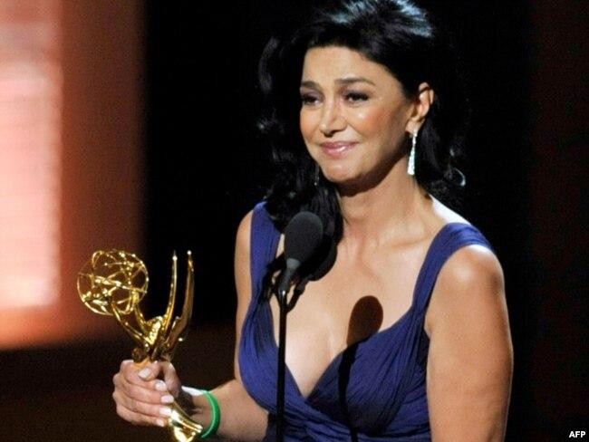 در زمان دریافت جایزه امی در سال ۲۰۰۹ به عنوان بهترین بازیگر نقش مکمل زن