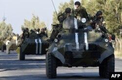 Ресейшіл сепаратистер иеленген маңға келген украин әскері. Мариуполь, 5 қыркүейк 2014 жыл.