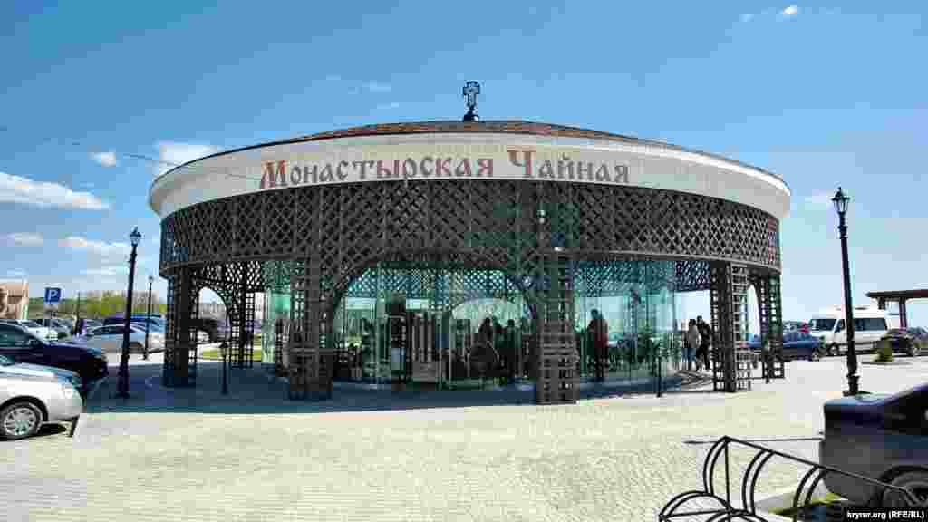 Главная конструкция на верхней площадке парка – кафе «Монастырская чайная» с недорогим чаем для посетителей парка