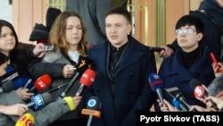 Надія Савченко та її сестра Віра (ліворуч) під час брифінгу біля будівлі СБУ. Київ, 15 березня 2018 року