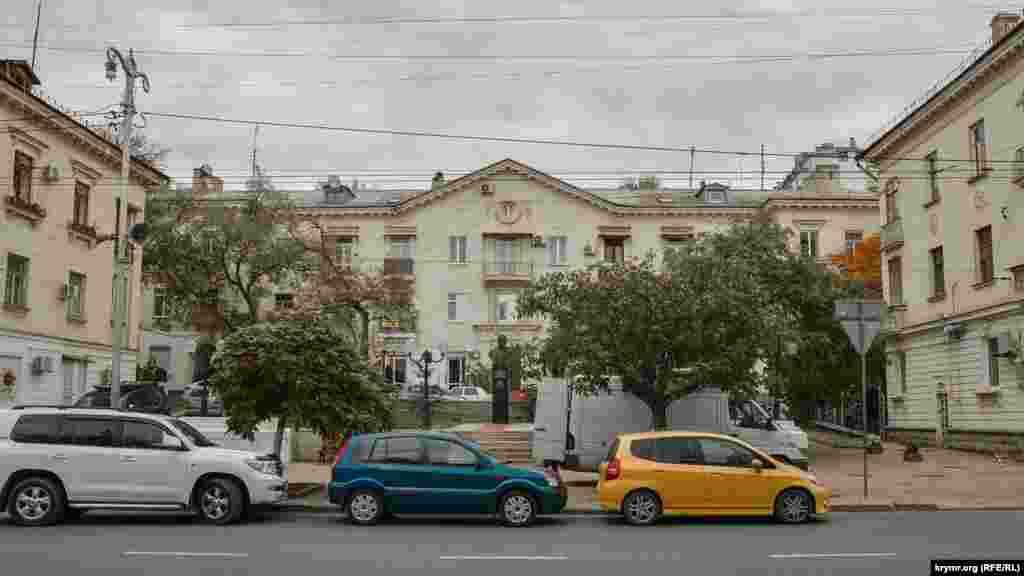 Мальовничий сквер у середній частині Великої Морської з пам'ятником радянському адміралу Кузнецову, в триповерховій будівлі за цим пам'ятником раніше розміщувався офіс французького банку