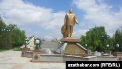 Памятник бывшему президенту Туркменистана С.Ниязову, Ашхабад, 2014.