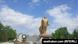 Türkmenistanyň ozalky prezidenti S. Nyýazowyň Aşgabatdaky heýkeli, 24-nji aprel, 2014-nji ýyl
