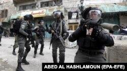 Архива - израелска полиција брка палестински демонстрант.