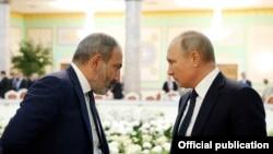 Vladimir Putin (sağda) və Nikol Paşinyan (Arxiv fotosu)