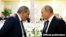Tajikistan - Russian President Vladimir Putin and Armenian Prime Minister Nikol Pashinian talk during a CIS summit in Dushanbe, Septmeber 28, 2018.