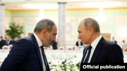 Премьер-министр Армении Никол Пашинян (слева) и президент России Владимир Путин