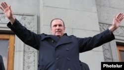Armenia - Former President Levon Ter-Petrosian greets supporters at an opposition rally in Yerevan, 1Mar2012.