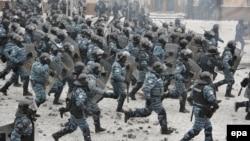 «Беркутівці» під час наступу на протестувальників. Київ, 22 січня 2014 року