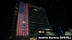 Flamuri amerikan shihet në ndërtesën e Qeverisë së Kosovës.