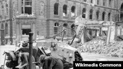 Немис аялдар муздак суу менен кир жууп жатышат. Берлин. 3-июль 1945
