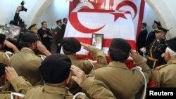 Турски кипарски ветерани салутираат пред ковчегот на поранешниот турски кипарски лидер Рауф Денкташ, покриен со турското и со знамето на кипарските Турци во северна Никозија на 16 јануари 2012 година.