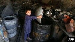 Хлопчык з Аўганістану працуе ў Сусьветны дзень абароны дзяцей, 1 чэрвеня 2017