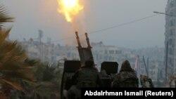 جنگجویان ارتش آزاد سوریه در حال شلیک ضدهوایی در منطقه تحت کنترل شورشیان در شرق حلب