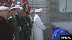 Молда 130 жаста өмірден өткен Сахан Досованың жаназасын шығарды. Майқұдық, 13 мамыр, 2009 жыл.