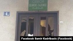 """Nepoznate osobe kamenovale su u noći između 1. i 2. septembra prostorije Islamske zajednice (IZ) u Pljevljima, a kroz polomljeno staklo ubačena je i poruka na kojoj je ispisano """"Polećela crna ptica Pljevlja biće Srebrenica""""."""