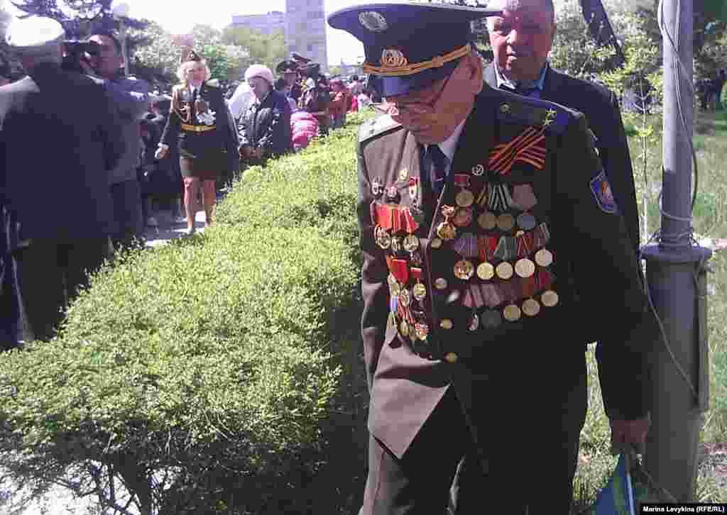 Ветеран Второй мировой войны гуляет в сквере Победы. Семей, 9 мая 2012 года.
