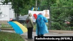 Під лікарнею в Харкові постійно чергують прихильники Тимошенко (фото О. Овчинникова, 25 травня 2012 року)