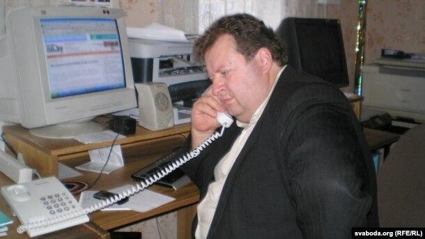 Алесь Шутаў у офісе, ахвяраваным для працы дэмакратычных структур