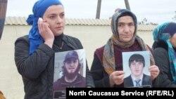 Родственники четырех похищенных жителей Дагестана на митинге в Хасавюрте, 14 октября 2016 года
