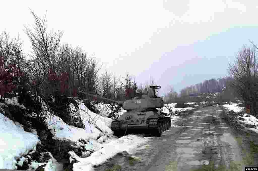 A T-34 tank beside a snow-covered bank in Bosnia-Herzegovina, february 28, 1996.
