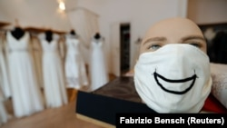 Всемирная мода на маски в эпоху коронавируса (фотогалерея)