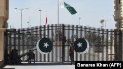 آرشیف، سربازان پاکستانی در مرز بسته پاکستان و ایران در تفتان