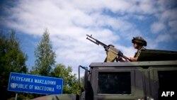 Militar bulgar la granița bulgaro-macedoneană din apropiere de localitatea Gyueșevo.