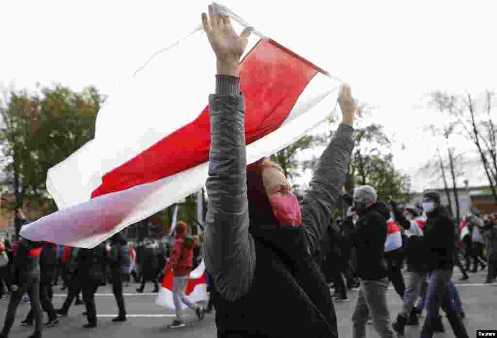 Тысячи граждан мирно прошли через центр Минска в прохладный пасмурный день.