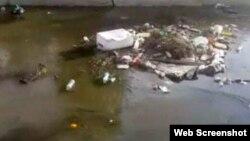 По мнению мэрии, этот мусор в канал сбросили противники действующей власти