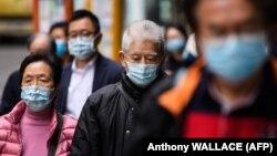 شهروندان هنگکنگی در این تصویر از ۳ فوریه؛ تا کنون بنا بر آمار رسمی کشورها، نزدیک به ۲۰۰ هزار نفر به ویروس کرونای سارس-۲ مبتلا شده و نزدیک به هشت هزار نفر جان خود را از دست دادهاند.