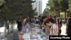 Bakı Dövlət Universitetinin həyətində kitab yarmarkası