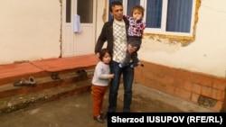 Яхъе Машрапов с детьми у себя дома