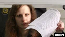 Ռուսաստան - Pussy Riot-ի անդամ Մարիա Ալյոխինան դատարանի դահլիճում, Բերեզնիկի, Պերմի մարզ, 16-ը հունվարի, 2013թ.