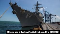 Рядом с ракетным крейсером в Одесском порту стоит эсминец ВМС США