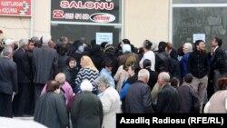 Очередь пенсионеров у банкомата. Баку, 18 апреля 2012