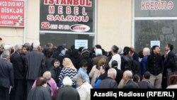 Pensiyaçılar bankomat qarşısında