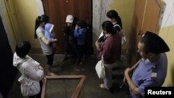 Мәскеуге Орталық Азиядан барған мигранттарды полиция тексеріп жатыр. Мәскеу, 7 шілде 2011 жыл.