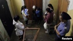 Задержанные кыргызские женщины с детьми во время рейда. Москва, 7 июля 2011 года.