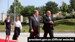 Президент України Петро Порошенко та президент Грузії Ґіорґі Марґвелашвілі (попереду) під час урочистої зустрічі в Тбілісі, 18 липня 2017 року