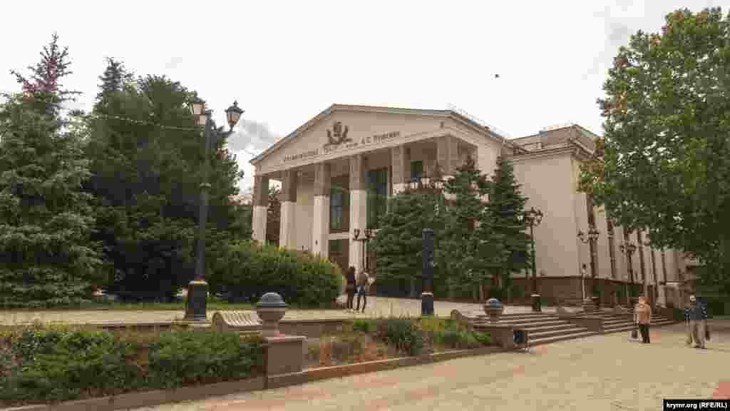 Фасад театра имени Пушкина выходит на площадь Ленина. Это здание долгие годы не использовали по назначению