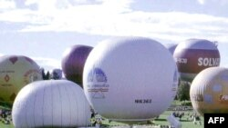 The balloon piloted by Alan Fraenckel and John Stuart-Jervis (left) moments before the start of the Gordon Bennett Cup balloon race in Switzerland in 1995.