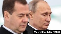 Прем'єр-міністр Росії Дмитро Медведєв (ліворуч) і президент Росії Володимир Путін