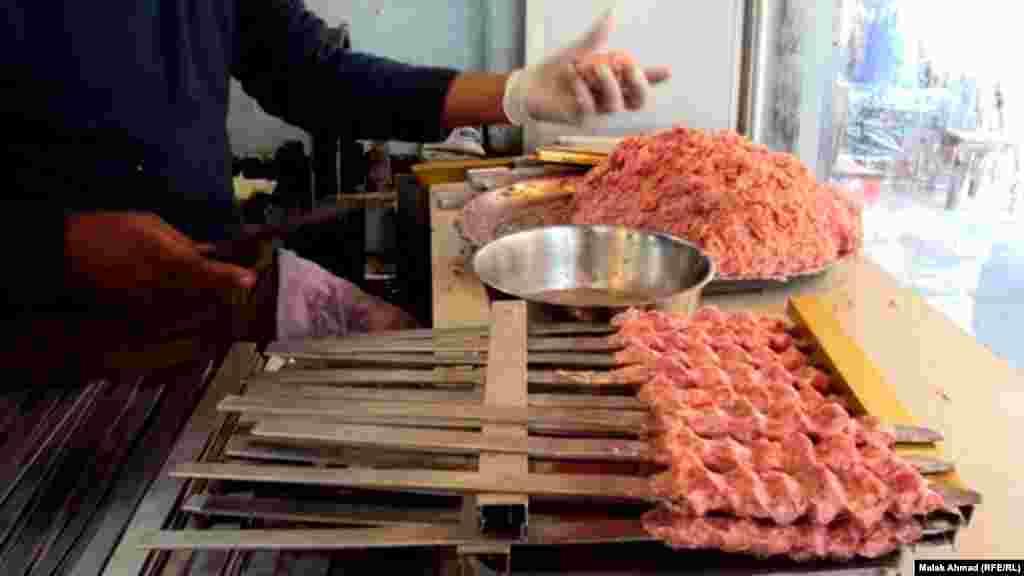 Низкие позиции стран Центральной Азии в списке самых мясоедных странх частично объясняют тем, что жители этих стран предпочитают потреблять мясо домашней скотины, и не покупают его в магазине.