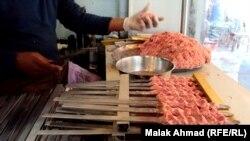 الكباب العراقي ـ احد مطاعم بغداد (من الارشيف)